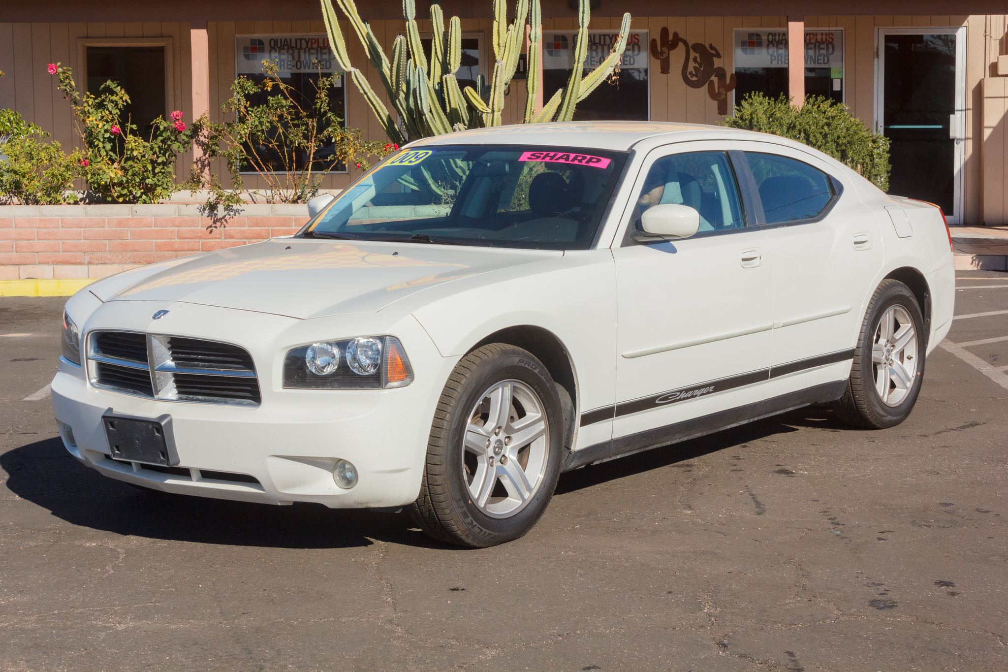 Photo of 2009 Dodge Charger 4d Sedan SXT Stone White Clearcoat