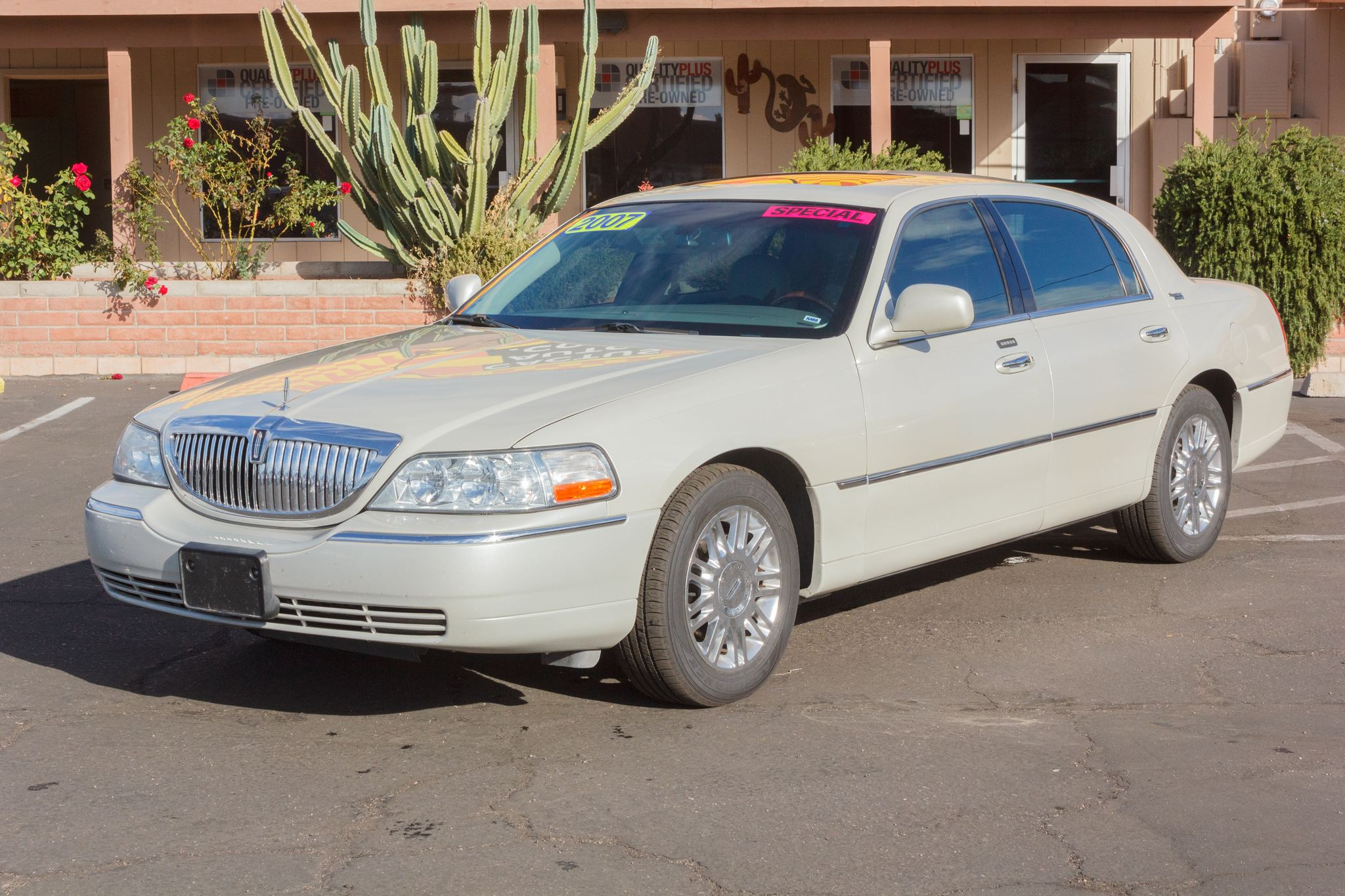 Photo of 2007 Lincoln Town Car 4d Sedan Signature Limited Vibrant White Clearcoat