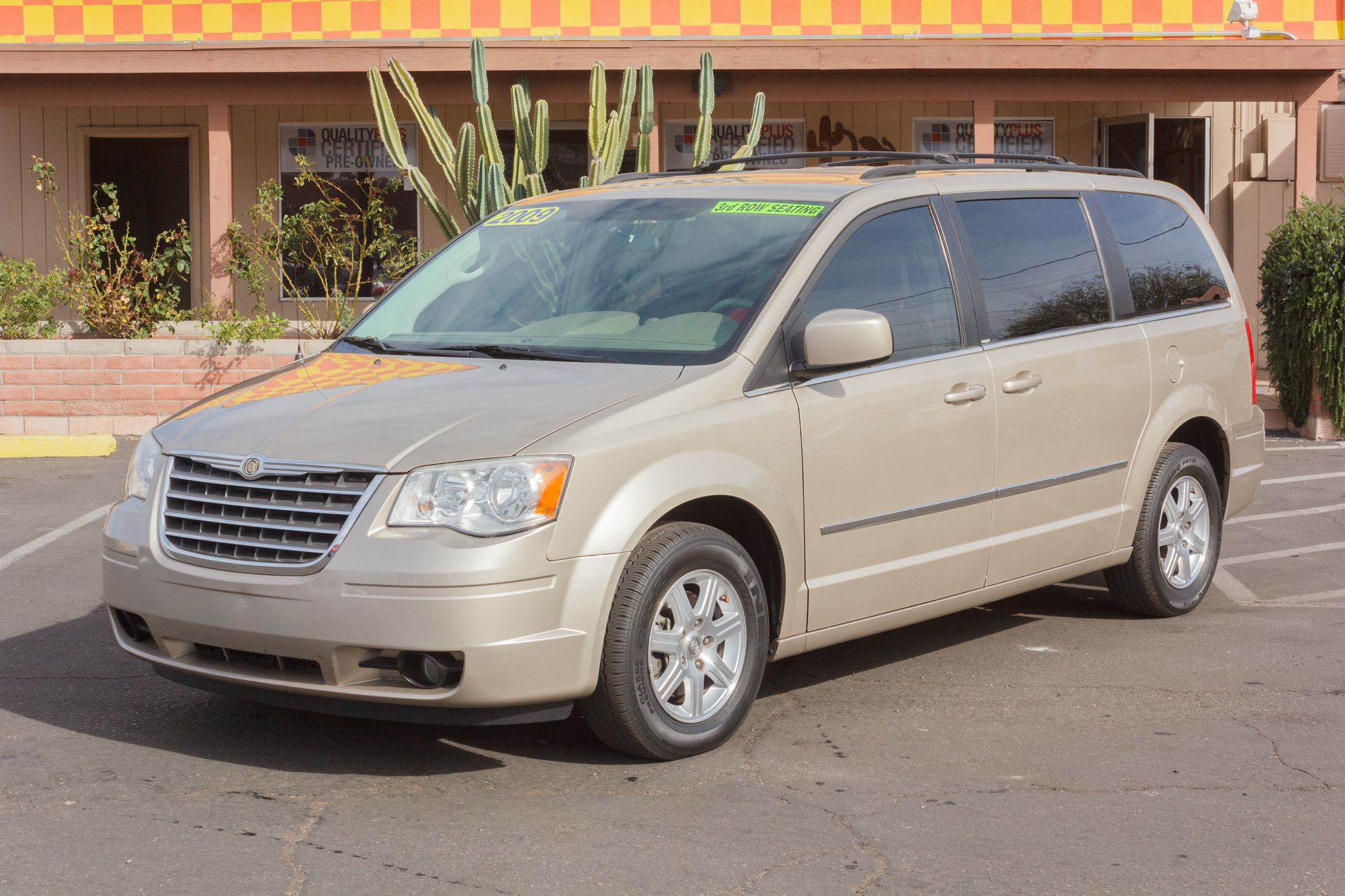 Photo of 2009 Chrysler Town & Country 4d Wagon Touring Light Sandstone Metallic Clearcoat
