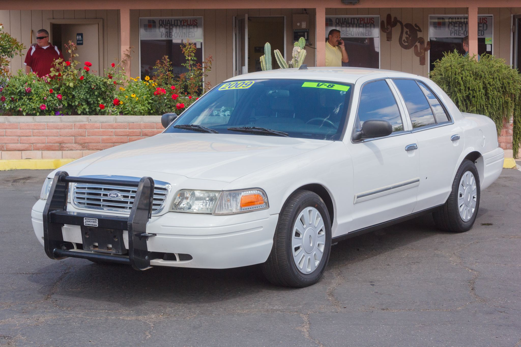 Photo of 2009 Ford Crown Victoria 4d Sedan LX Vibrant White Clearcoat